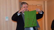 Jürgen Köhler, General Manager der beiden Mövenpick Hotels an der Messe, präsentiert bei einer Hausbegehung stolz die liebevollen Details, die für das Thema Natur stehen. Hier der Sack, in dem sich der Föhn befindet.