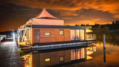 Was anderes: Urlaub im Hausboot – hier ein Floating House im Leipziger Neuseenland – wird beliebter.