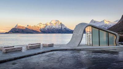 Design-WC entlang der Helgelandskyten-Route: Der Rastplatz Uredplassen punktet mit einer neun Meter breiten Terrasse und Aussichten auf den Fjord.