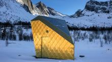 Gleich in der Nähe des Strands vom Ersfjords entlang der Senja-Strecke: das kultige Toilettengebäude mit seiner goldenen Außenverkleidung.