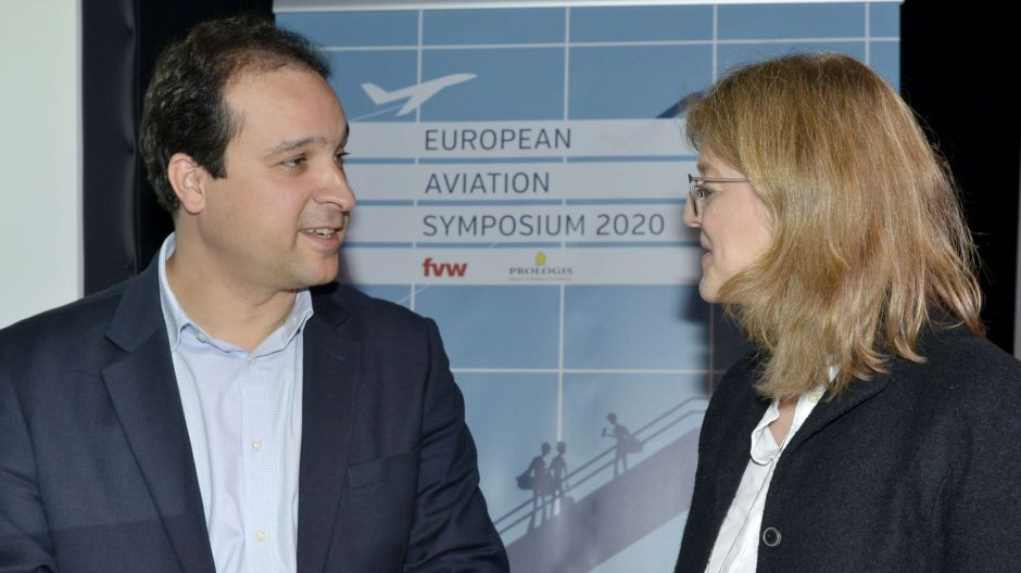 IAG manager Julio Rodriguez in discussion with fvw's Rita Münck.