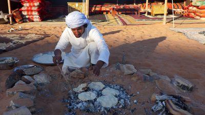 Dünnes Fladenbrot: Die Spezialität der Beduinenküche wird über dem Feuer zubereitet.