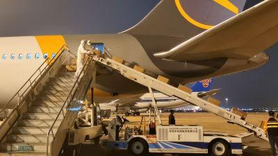 Von Shanghai nach Frankfurt: Auch Condor führt Frachtflüge durch. An Bord: Pakete mit Schutzmasken, Schutzanzügen und anderen wichtigen Utensilien.