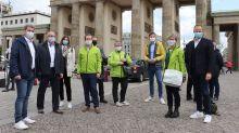 In Berlin mischte sich Marcel Klinge (3. von rechts), tourismuspolitischer Sprecher der FDP, unter die Protestler und sprach auch mit Best-Reisen-Vorstand Cornelius Meyer (rechts).