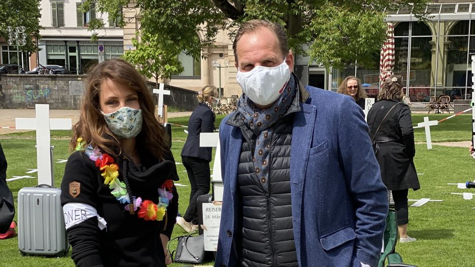 Masked and dedicated: Nina Orschel (TUI Travel Star) and Markus Orth (CEO of Lufthansa City Center) in Wiesbaden.