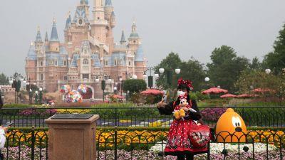 Micky Maus mit Maske und Abstand: Am 11. Mai durfte nach mehr als dreimonatiger Zwangspause das Shanghai Disneyland in China als erster großer Disney-Park wieder eröffnen. In Zeiten der Corona-Krise dient der Vergnügungspark in puncto Sicherheitsvorkehrungen und Hygienekonzept als Blaupause für die Branche weltweit.
