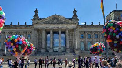 Bunt, aber kämpferisch: So gibt sich die Touristik beim T-Day in Berlin.