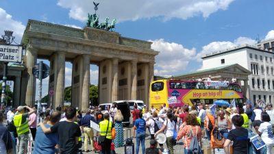 Vor dem Brandenburger Tor fordern die Touristiker etwa Nachbesserungen bei den versprochenen Überbrückungshilfen der Bundesregierung.