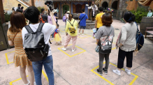 Amusement parks were designed for crowds and a shared guest experience. Because of the risk of infection, this is no longer possible. At shows or parades in Shanghai Disneyland, for example, there are marked boxes on the floor for visitors. One family each is allowed to stay in one box.
