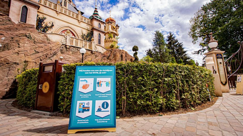 Washing your hands, social distancing and less and less cash: To minimize the risk of infection, amusement parks (such as in Efteling) have expanded contactless and cashless payment options.