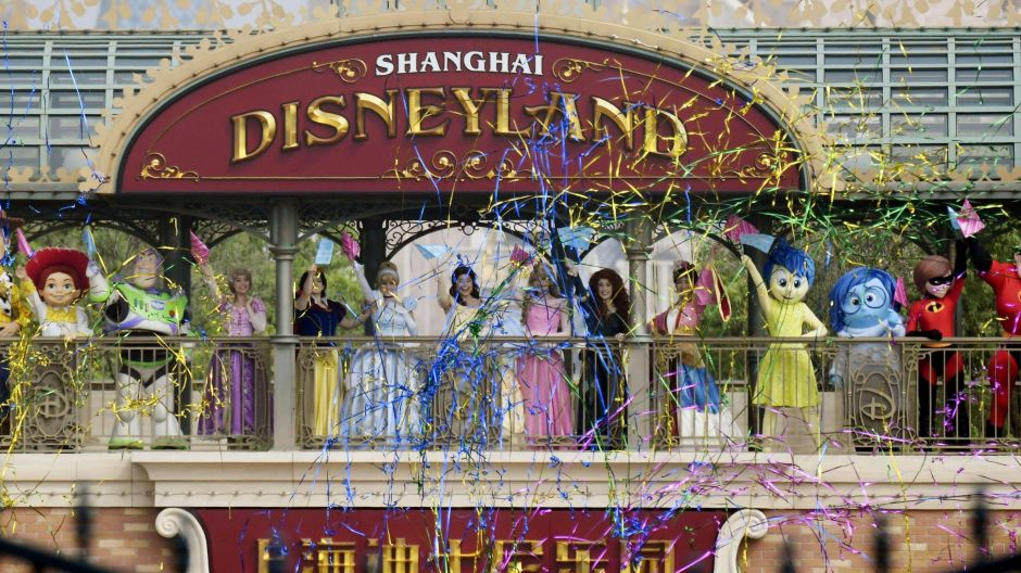 On May 11, after more than a three-month mandatory break, Shanghai Disneyland in China was the first large Disney theme park to reopen. It has served as a blueprint for the theme park industry worldwide in terms of safety precautions and hygiene concepts.