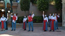 Freundlicher Empfang mit Mundschutz: Mitarbeiter des Disneyland Paris winken der Gruppe Journalisten zu, die kurz vor der Eröffnung das Corona-Schutzprogramm erklärt bekommt.