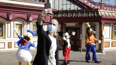 Selfie mit Mickey Mouse und Freunden.