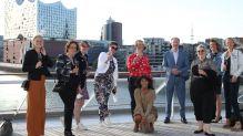 Endlich geht es wieder los. Reisebüro-Teilnehmer freuen sich zusammen mit Hapag-Chef Karl J. Pojer beim Ablegen in Hamburg.