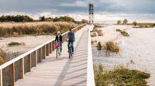 """Machen auch Radfahrern Spaß: Estlands rund 3800 Küstenkilometer, mehr als 2000 Inseln inklusive  – hier in der Umgebung von Estlands """"Sommerhauptstadt"""" Pärnu."""