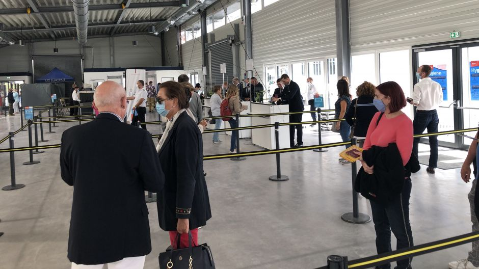 Keeping adequate distance at Cruise Center Baakenhoeft in Hamburg: To avoid queues, passengers get dedicated time slots for check-in.