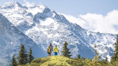 Sanfte Sommeraktivitäten: Das gut ausgebaute und weitläufige Wegenetz ermöglicht Wanderungen vor beeindruckender Bergkulisse ohne übermäßige Anstrengungen.