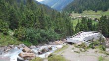 """Natur allein genügt nicht: Wie hier am Grawa-Wasserfall inszeniert das Stubaital seine landschaftlichen Attraktionen – da wird dann auch der """"Zuschauerraum"""" zum Hingucker."""