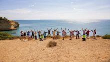 """Jubel vor Traumkulisse: Die deutschen Reiseberater erkunden die """"Sieben hängenden Täler"""" an der Felsalgarve, eine der schönsten Küstenwanderungen Europas."""