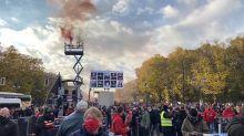 Rauchzeichen über Berlin: Der Protestmarsch auf dem Weg zum Brandenburger Tor.