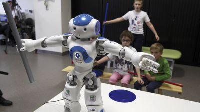 So sieht er aus: Der erste Roboter, der europaweit an einer Hotelrezeption arbeitet. Gebaut wird er vom französischen Unternehmen Zora Bots und kostet rund 15.000 Euro. Er ist 57 Zentimeter groß, sechs Kilo schwer und spricht 19 Sprachen.