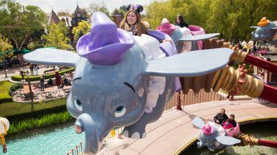 """Jasmin Widmer aus Wil freut sich sehr über den Besuch von Disneyland Paris zum Jubiläum. Hoch in die Lüfte steigt Jasmin mit dem Karussell """"Dumbo The Flying Elephant""""."""