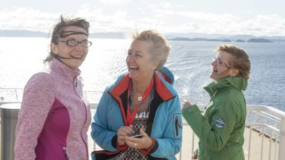 Erst mal Seeluft schnuppern: Monique Hempel (Triebeser Reisebüro, Triebes), Michaela Mey (Frankenland Reisen, Meiningen) und Gabriele Humberg (Reisebüro Schlagheck, Coesfeld) auf der Bergensfjord irgendwo nördlich von Stavanger.