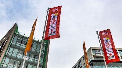 Fahnen am Kölner Medienpark, dem Ort des Kick-Off-Events zur Pauschalreiserichtlinie von DTPS.