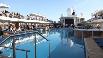 Willkommen an Deck! Gleich zwei Pools bietet die neue Mein Schiff 1, die Außendecks sind insgesamt rund 20.000 Quadratmeter groß