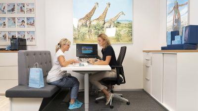 In kleinen Beratungs-Ecken stellen die Reiseverkäufer im ersten TUI Mein Shop ihren Kunden die Urlaubsangebote zusammen.