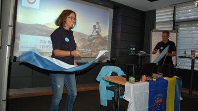Die Trainerin Carmen Moreno von TUI Inside stimmt auf das Produkttraining im Hotel Madison in Hamburg ein.