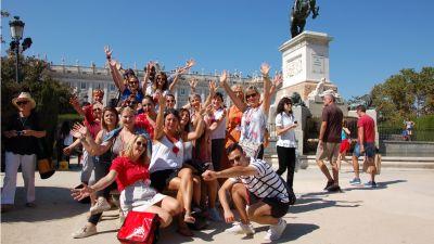 Das obligatorische Gruppenfoto aus jeder Stadt, diesmal aus Madrid vor dem Teatro Real. Auf ihrer Vortour durch mehrere Städte und Dörfer in Andalusien, ist das Team Sevilla und Malaga richtig zusammengewachsen