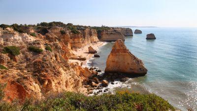"""Postkarten-Motiv: Praia Marinhas ist der Ausgangspunkt der Küstenwanderung """"Trail of the Seven Hanging Valleys""""."""