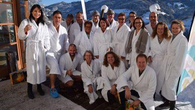 Stilecht im Bademantel: Es ist schon eine Tradition, dass die Hausherren vom Club Aldiana ihren Workshop in der Sauna veranstalten.