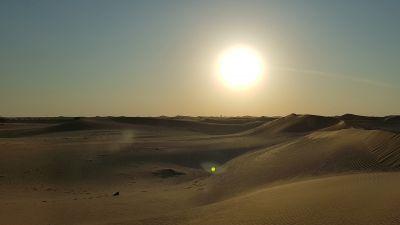 Willkommen im Land der Wüste und der Sonne. Das Emirat Abu Dhabi ist eins von sieben der Vereinigten Arabischen Emirate.