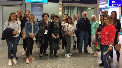Die Teilnehmer des Events vor der Sicherheitskontrolle des Frankfurter Flughafens. Auf geht's zur Vorfeld-Rundfahrt!