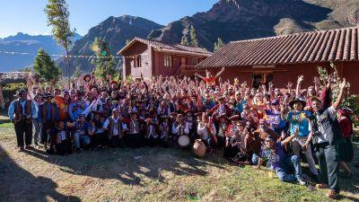 Wow, so eine Riesentruppe. Aus der ganzen Welt kamen Reiseverkäufer zum Change Makers Summit von G Adventures. Das Unternehmen aus Kanada wurde 1990 von Bruce Poon Tip gegründet und bietet nach eigenen Angaben mehr als 700 Reisen in 100 Länder auf allen Kontinenten.