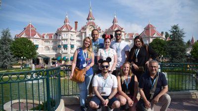 Auf geht's! Die Gewinner sind bereit für einen Tag im Disneyland Park.