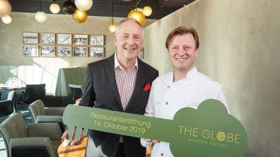 Emotionen bei der Restaurant-Eröffnung: Hapag-Chef Karl J. Pojer (links) schwärmte von seinem Freund, Sterne-Koch Kevin Fehling. Und der wiederum war gerührt, weil er vor knapp 20 Jahren bereits auf der Europa gearbeitet hat.