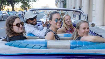 Kultig: In Havanna gehört eine Stadtrundfahrt im US-Oldtimer auch für Expis einfach dazu.