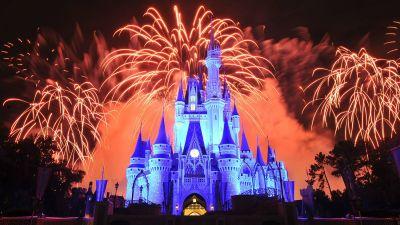 Das Cinderella-Schloss im Disney World Orlando steht im Vordergrund der Feuerwerks-Show.