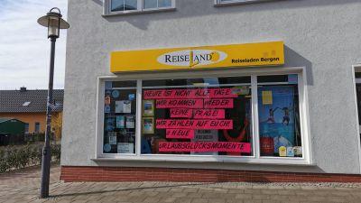 Auch das Reiseland-Reisbüro auf Rügen hat eine Botschaft an die Kunden.