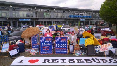 Eindeutige Botschaft der Demonstranten in Paderborn: 2,9 Millionen Arbeitsplätze gibt es deutschlandweit in der Touristik. Darunter sind viele in einem der rund 10.000 Reisebüros angesiedelt.