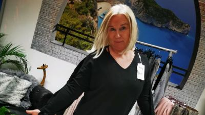 """Britta Schmidt hat in ihrer Agentur """"Reisewelt am Markt"""" in Salzgitter eine Boutique eingerichtet. Auf Social Media preist sie die neue Ware an und überreicht sie den Kunden dann coronakonform an der Tür. Die Boutique möchte sie auch weiterführen, wenn der Tourismus wieder Fahrt aufnimmt. """"Ich gehe darin richtig auf"""", sagt sie."""