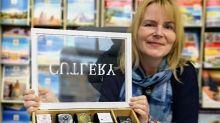 """Kerstin Voigt, Inhaberin des Reisebüros Anhalt in Dessau, verkauft Stamps-Uhren mit auffälligen Zeitmessern und unterschiedlichen Motiven. Zu jedem Kunden passt eine andere Uhr. Das ist wie beim Reiseverkauf"""", sagt sie. """"Endlich wieder etwas zu verkaufen, macht das Leben lebenswerter."""""""