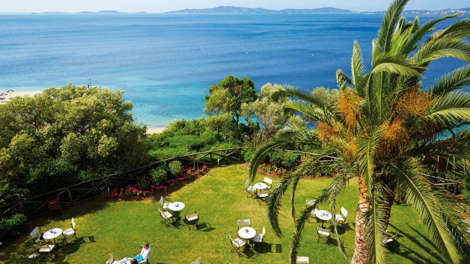Attika Reisen, a German tour operator specialized in Greek destinations, recommends two different resorts: One of them is Eagles Palace/Eagles Villas in the Chalkidiki region which blends harmoniously into the landscape. Guests enjoy a lot of privacy especially in the villas, and the whole resort has a strict hygiene regime.