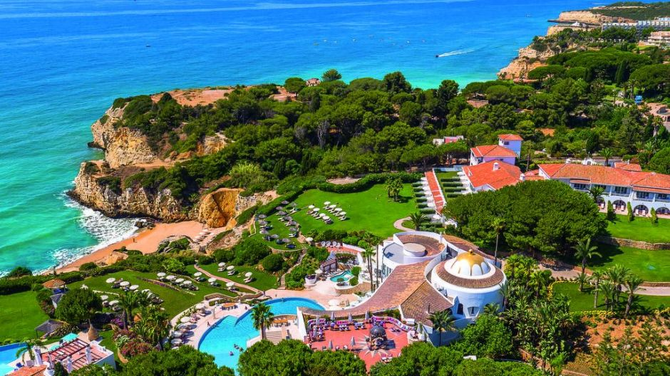 Vila Vita Parc – Olimar's second suggestion –  is a top resort also located at the Algarve. Couples and families can enjoy different restaurants, a spa and a pool, and despite its location in the middle of the cliffs there's direct access to a sandy beach.
