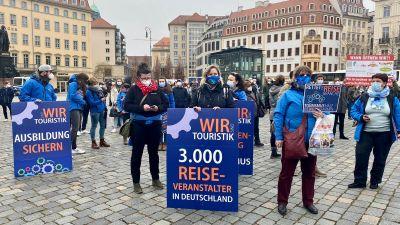 Bei der Demo dabei waren unter anderem der Verein Dresdner Reisebüros, sächsische Reisebüros, der Landesverband Sachsen des BDO, sächsische Reiseveranstalter, die Initiative Leere Stühle, KM Reisen, Eberhardt Travel und Busreisen Rene Lang.