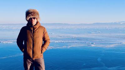Eisiges Abenteuer: Geschäftsführer Felix Willeke auf dem zugerforenen Baikalsee in Sibirien.