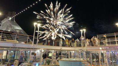 Die frisch getaufte Silver Moon wurde im Hafen Piräus mit einem Feuerwerk begrüßt.